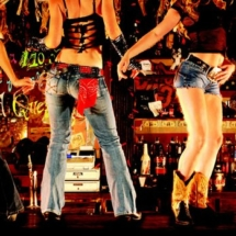 Coyote_Ugly_girls-on-bar - copie